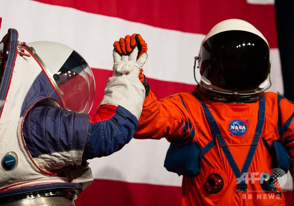 NASA、月面着陸計画の宇宙服公開 可動性向上
