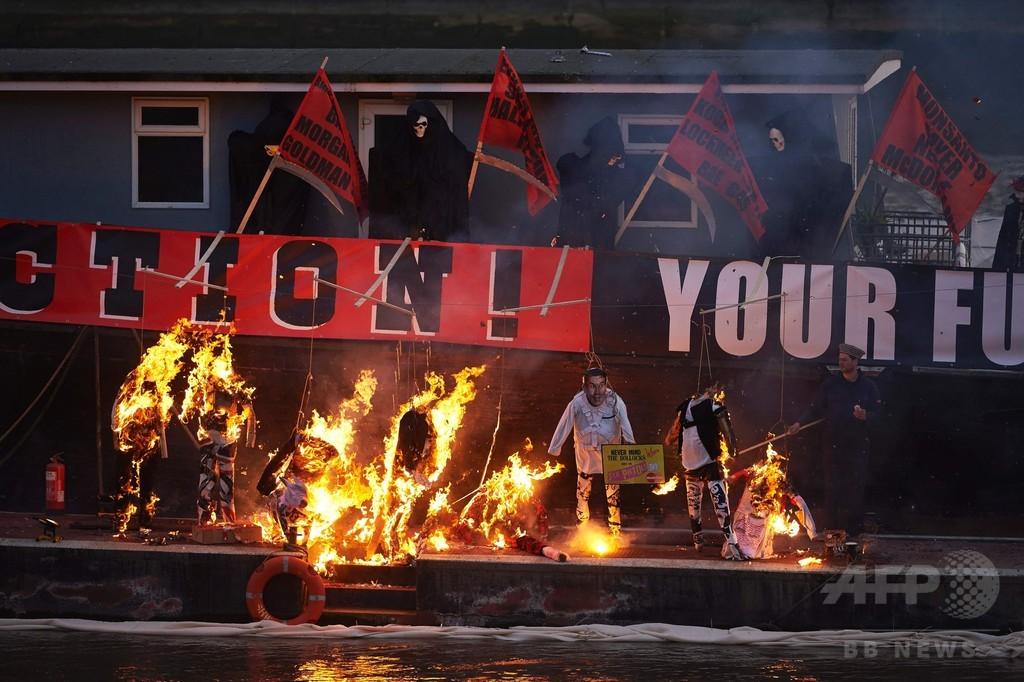 7億円相当の「お宝」焼却、英パンク40周年記念企画に抗議