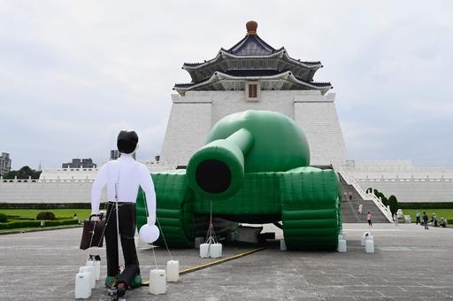 天安門事件の「戦車男」、台湾にアート作品登場