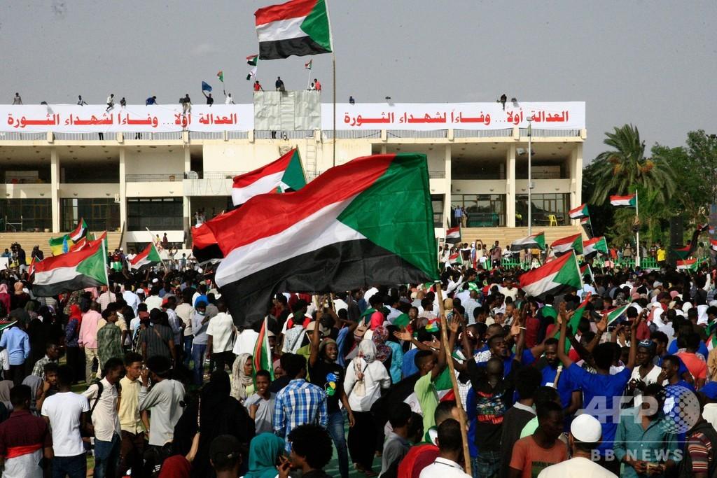 スーダン首都のデモ隊、大規模な追悼集会 ハルツーム