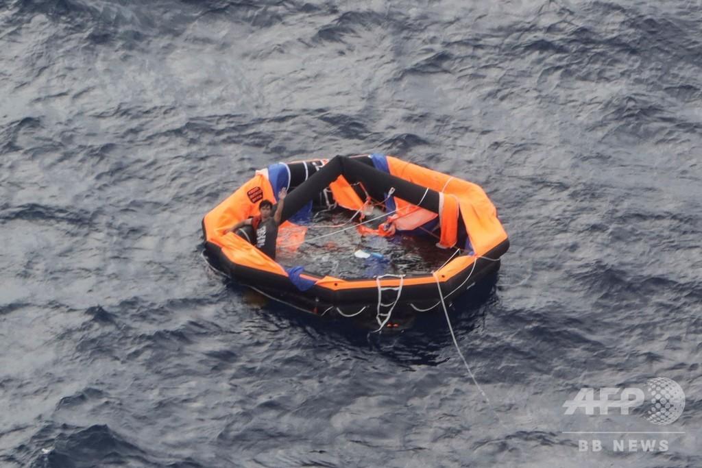奄美沖貨物船沈没 2人目救出も1人死亡、依然40人行方不明