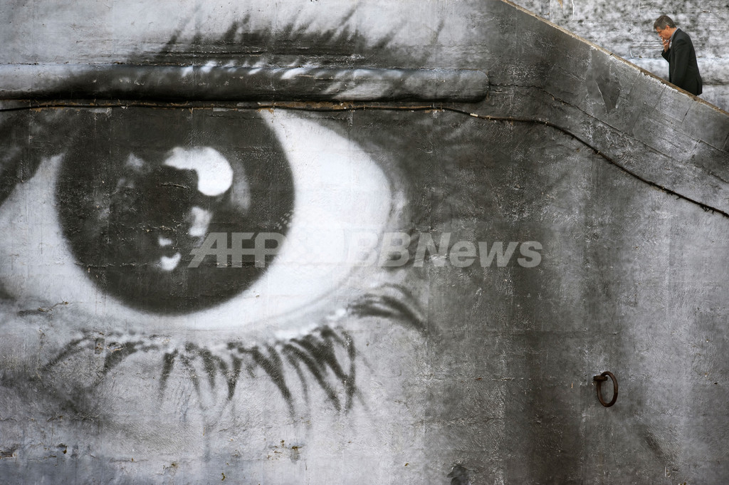 セーヌ川に巨大な女性の目、「女性の力」を表現