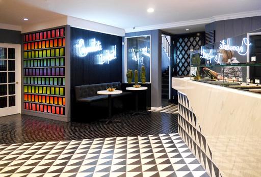 「コンパーテス 青山店」リニューアルで日本初のカフェ併設