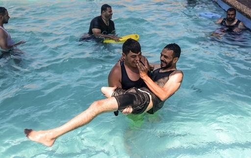 スポーツで笑顔に、義足外して泳ぎに挑戦 ガザ