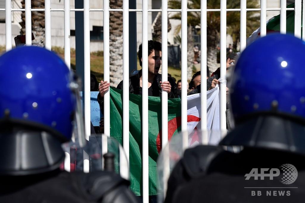 アルジェリア大統領、「5期目再選でも早期辞任」 デモ鎮静化狙う