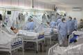 ブラジル・アマゾナス州の州都マナウスにある病院で、新型コロナウイルス感染症(COVID-19)患者を看護する医療従事者ら(2020年5月20日撮影)。(c)MICHAEL DANTAS / AFP