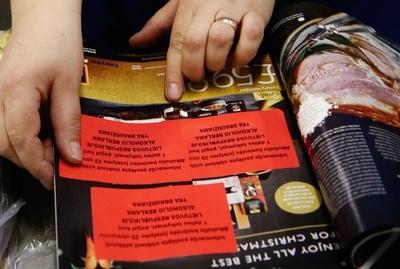 酒類広告全面禁止のリトアニア、 外国誌広告の目隠し作業開始