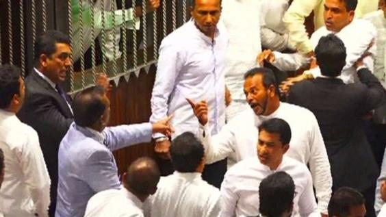 動画:政治混乱続くスリランカ 国会は紛糾、前首相の支持者ら集会