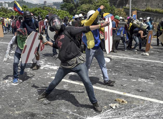 糞便入りの瓶は「化学兵器」、ベネズエラ高官がデモ隊を非難