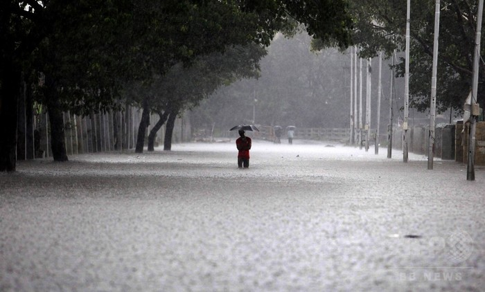 インド南部で洪水、186人死亡 空港閉鎖と軍出動も