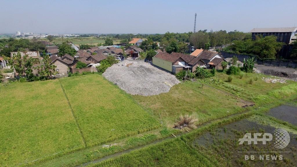 プラごみは「宝物」、輸入廃棄物で生計立てる貧困地区住民 インドネシア