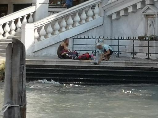 伊ベネチア、戸外でコーヒー入れた観光客に罰金11万円 市外退去要請