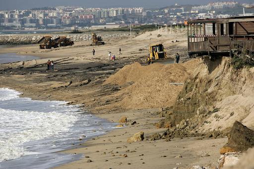 混雑した砂浜に小型機が墜落、8歳児ら2人死亡 ポルトガル