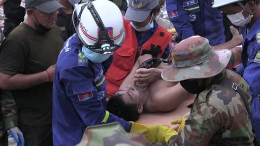 動画:カンボジアのビル倒壊、生存者2人救出 事故から2日以上経過