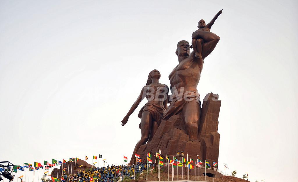 セネガルの「高すぎる」巨大銅像、とうとうお披露目