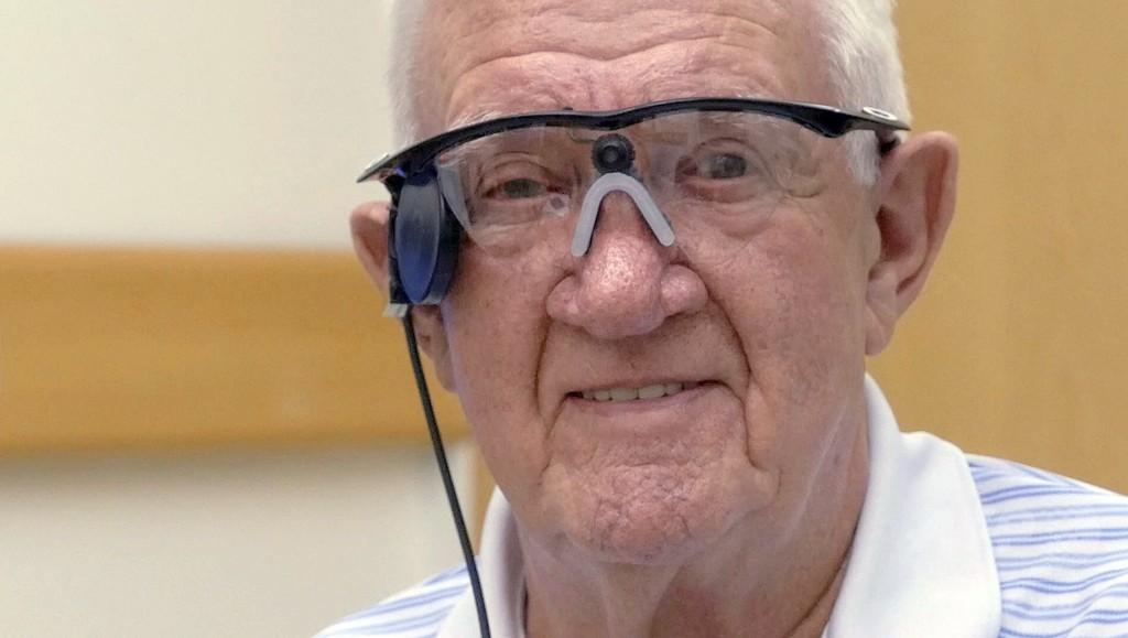 加齢黄斑変性の英80歳男性、人工眼で視力回復 世界初