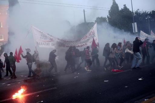 ギリシャ議会、批判集中の改革案を可決 抗議デモ、警察と衝突