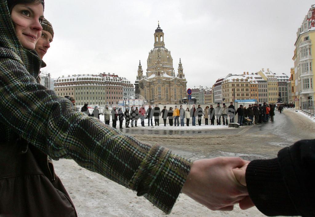 独ドレスデン爆撃65周年、極右デモを市民が「人間の鎖」で阻止
