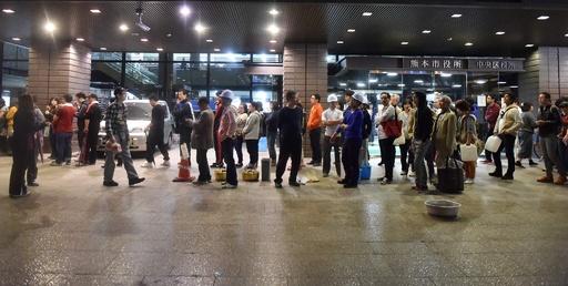 地震続く熊本、市役所で食料受け取る市民ら