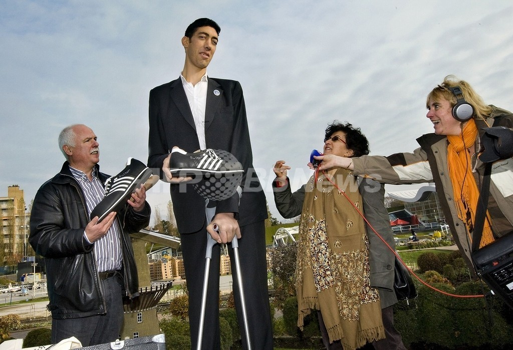 オランダ・ハーグ(Hague)で、特製の運動靴をプレゼントされた「世界一... 「世界一の長身男