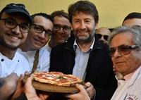 ナポリの街はお祝いムード、ピザ職人技が無形文化遺産に イタリア