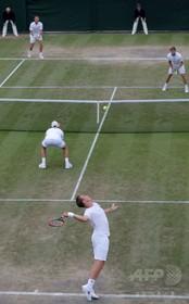 「全身白」のウィンブルドン、ジュニア選手に下着はき替えを強制