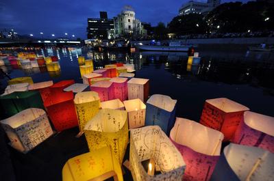 原爆ドーム前で灯籠流し 広島