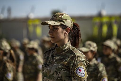 シリア民兵組織の女性兵ら、士官学校の卒業式に出席