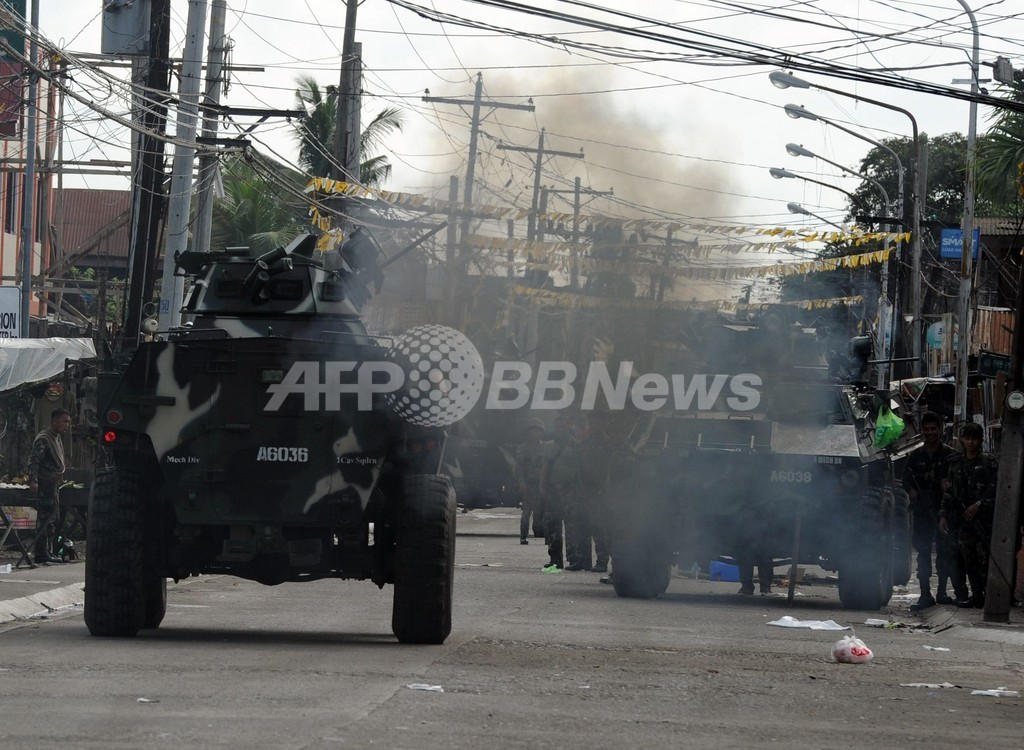 フィリピン商業都市の占拠続く、イスラム武装集団と軍が激戦