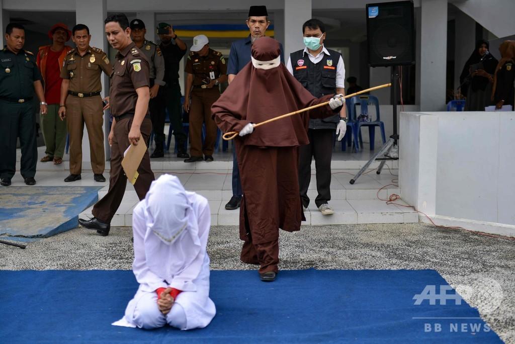 夫ではない男性のそばにいた女性、公開むち打ち刑に インドネシア