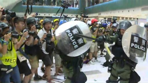 動画:香港のショッピングモールで警察とデモ隊が衝突、逮捕者多数 意識失った警官も