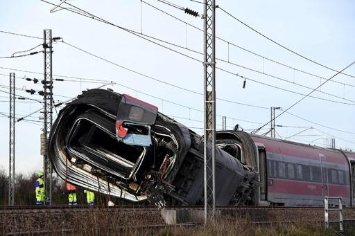 伊ミラノ近郊で高速列車脱線 2人死亡、約30人負傷