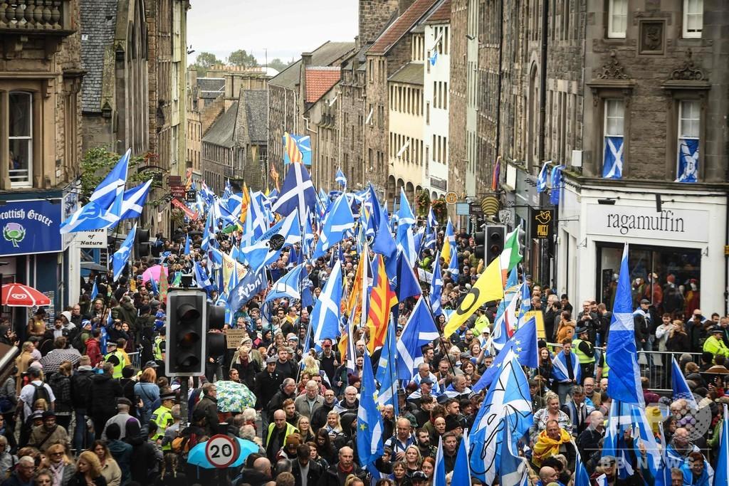 英スコットランド首都で独立派が大規模デモ、旧市街を行進
