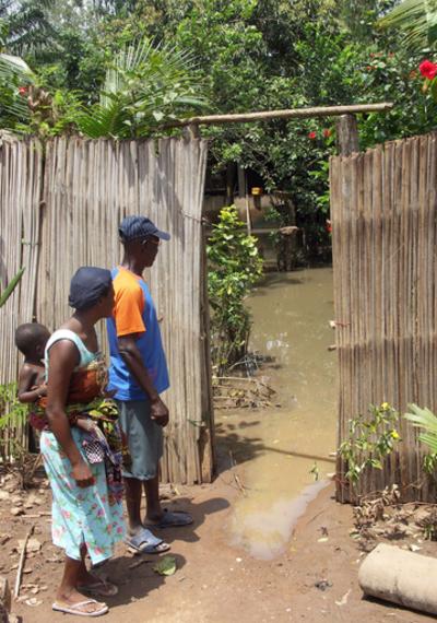 中央・西アフリカ大洪水 仏軍ヘリコプターが救援物資を輸送