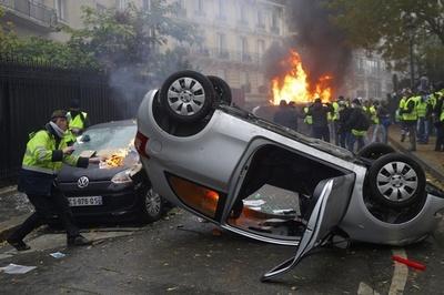 動画:パリのデモ、参加者が暴徒化 車や店舗に放火 270人逮捕