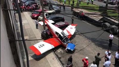 動画:道路に訓練機墜落、乗員1人けが ペルー首都 現場の映像