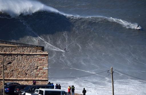 大波に挑むサーファーたち、ポルトガル