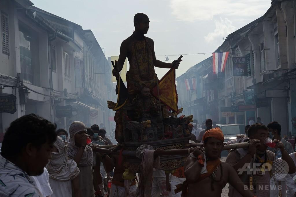 痛々しい苦行で罪をはらう、恒例のタイの奇祭