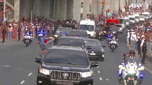 動画:フランシスコ法王車列に国旗掲げた男近づくハプニング 一部始終の映像