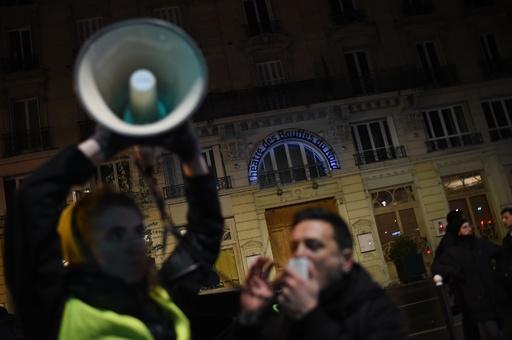 仏パリで「黄ベスト」デモ、前夜には大統領夫妻が一時避難する事態も