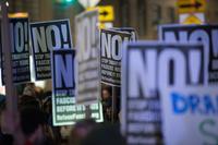 トランプ氏の大統領就任前夜、セレブらが抗議集会 米NY