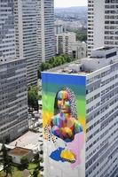 高層ビルに巨大な「モナリザ」の壁画、仏パリ