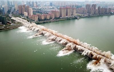 老朽橋の爆破解体作業 江西省
