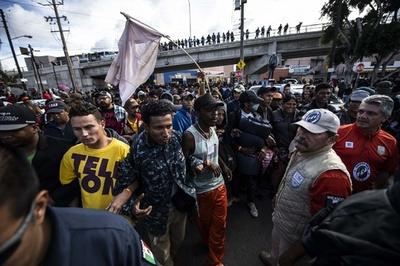 中米移民数百人、米国境近くの橋に集結 緊張高まる メキシコ北部ティフアナ