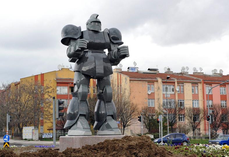 トルコ首都の交差点にロボット像、お騒がせ市長が設置