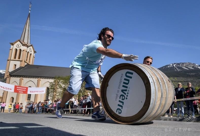 春のワイン祭り「たる転がしレース」、スイス