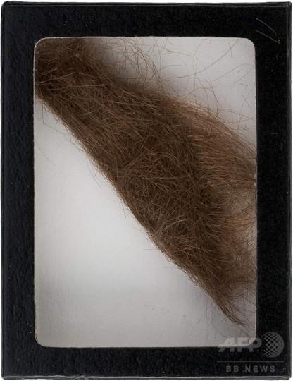 ジョン・レノンの髪束、390万円で落札 美容師50年間保管