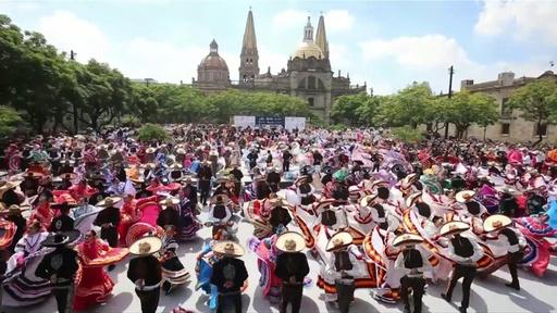 動画:約900人が一斉に踊る! 民族舞踊の最多人数でギネスに挑戦 メキシコ