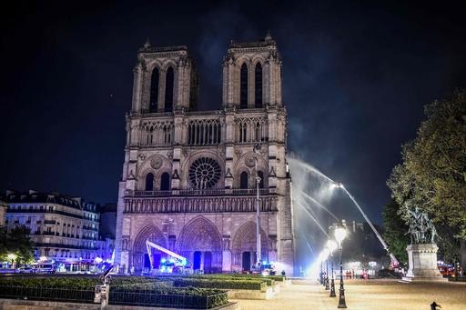 ノートルダム大聖堂、鎮火の見通し パリ消防当局