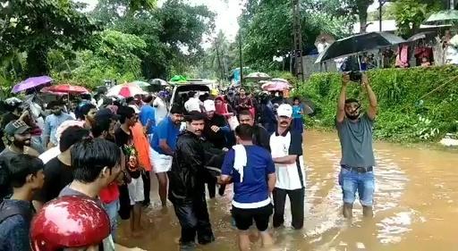 動画:インド、雨期の洪水で184人死亡 100万人が避難